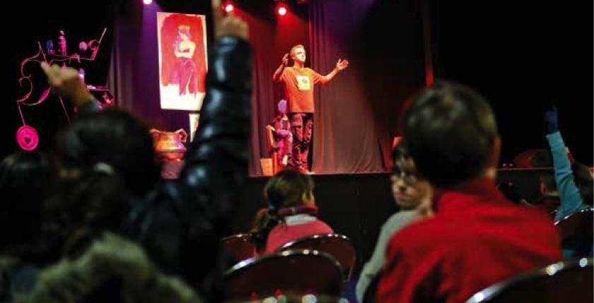 Comédien en scène pendant une représentation de La Soupe aux Oreilles