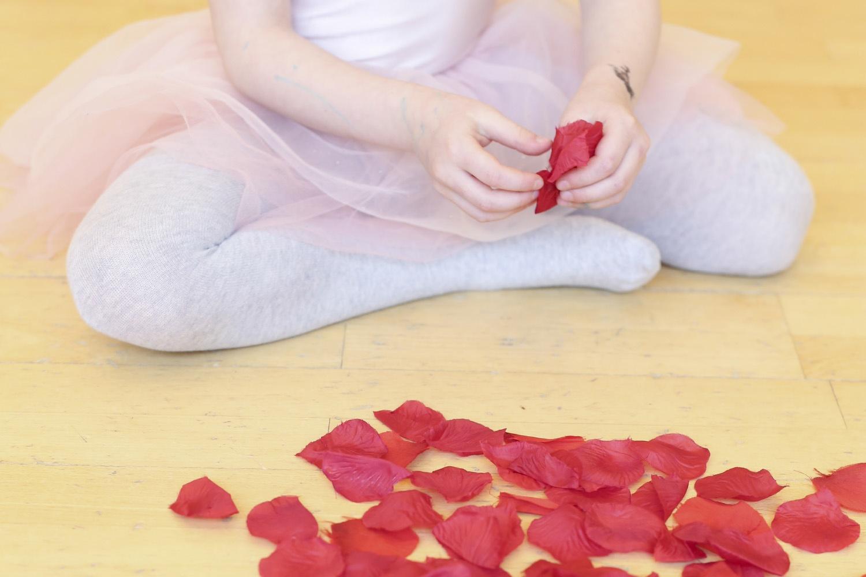 Une danseuse et des pétales de fleurs sur le parquet