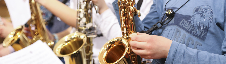 Elèves de l'ECLA tenant leurs saxophones