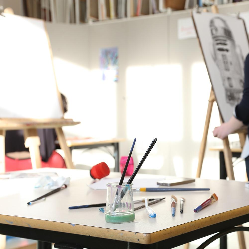 Matériel de peinture posé sur une table