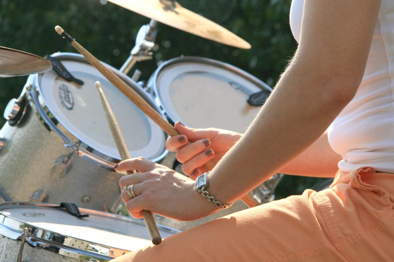 Femme jouant de la batterie